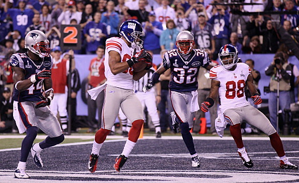 Victor Cruz #80 of the New York Giants hauls in a two-yard touchdown