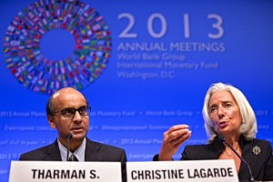 IMF Managing Director Christine Lagarde (R) and Chairman of the IMFC Tharman Shanmugaratnam (L) hold a joint press conference after the IMF/World Bank meetings