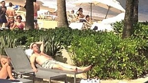 Rick Santorum sunbathes in Puerto Rico