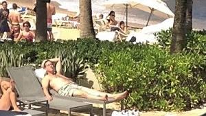 Rick Santorum sunbathes in Puerto Rico
