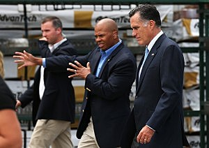 Mitt Romney (R) walks with U.S. Secret Service agents