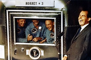 pollo XI astronauts Neil Armstrong, Michael Collins and Buzz Aldrin laugh with President Richard Nixon aboard the USS Hornet
