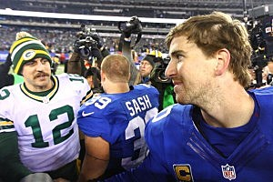 Eli Manning shakes hands with Packers quarterback Aaron Rodgers