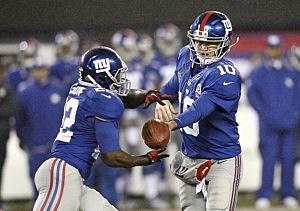 Eli Manning #10 hands off to David Wilson #22