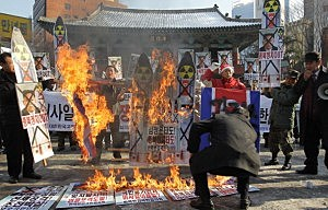 South Korean conservative protesters burn a mockup of a North Korean missile and portraits of North Korean leader Kim Jong-Un