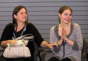 Amanda Knox (R) amd her mother Edda Mellas