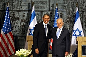 President Barack Obama (L) poses with Israeli President Shimon Peres (R)  during a welcome ceremony at the President's residence