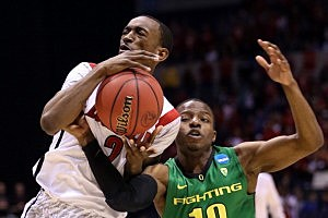 Russ Smith #2 of the Louisville Cardinals drives in the second half against Johnathan Loyd #10 of the Oregon Ducks