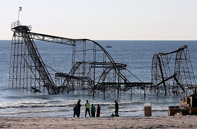 Workers prepare to remove the Star Jet roller coaster May 14, 2013 in Seaside Heights, New Jersey. (Photo by Mark Wilson/Getty Images)