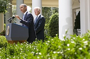 President Barack Obama (L) joined by Vice President Joe Biden delivers a statement on Syria in the Rose Garden of the White House