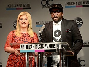 Kelly Clarkson (L) and will.i.am speak onstage at the 2013 American Music Awards Nominations Press Conference