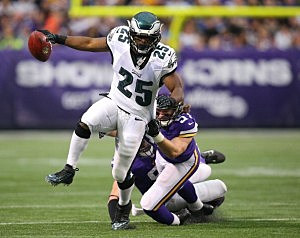 LeSean McCoy #25 of the Philadelphia Eagles breaks the tackle from Audie Cole #57 of the Minnesota Vikings