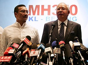 Datuk Hishammuddin Hussein (L), acting Minister of Transport and Malaysian Prime Minister Najib Abdul Razak update the media on the search and rescue plan for the missing MAS Airlines flight MH370