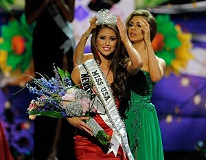 Miss Nevada Nia Sanchez is crowned Miss USA