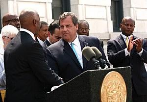 Mayor Eric Jackson shakes Governor Chris Christie's hand