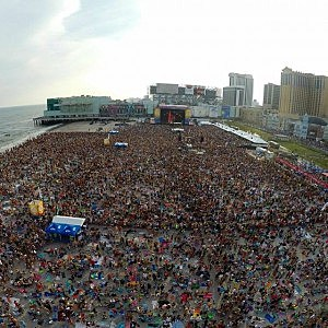Crowd on Atlantic City beach for Blake Shelton concert