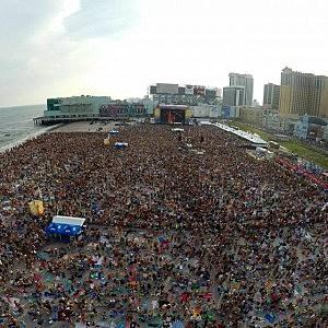 Crowd on Atlantic City beach for Blake Shelton concert