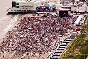 The crowd on the Atlantic City beach for Lady Antebellum