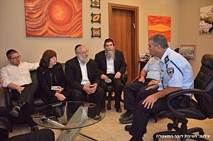 The family of Aaron Sofer meets with Israeli Police spokesman Micky Rosenfeld